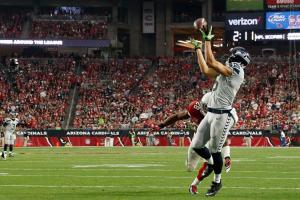 GLENDALE, AZ - JANUARY 03: Wide receiver Jermaine Kearse #15 of the Seattle Seahawks catches the football to score a 24 yard touchdown during the second quarter of the NFL game against the Arizona Cardinals at the University of Phoenix Stadium on January 3, 2016 in Glendale, Arizona. (Photo by Christian Petersen/Getty Images)